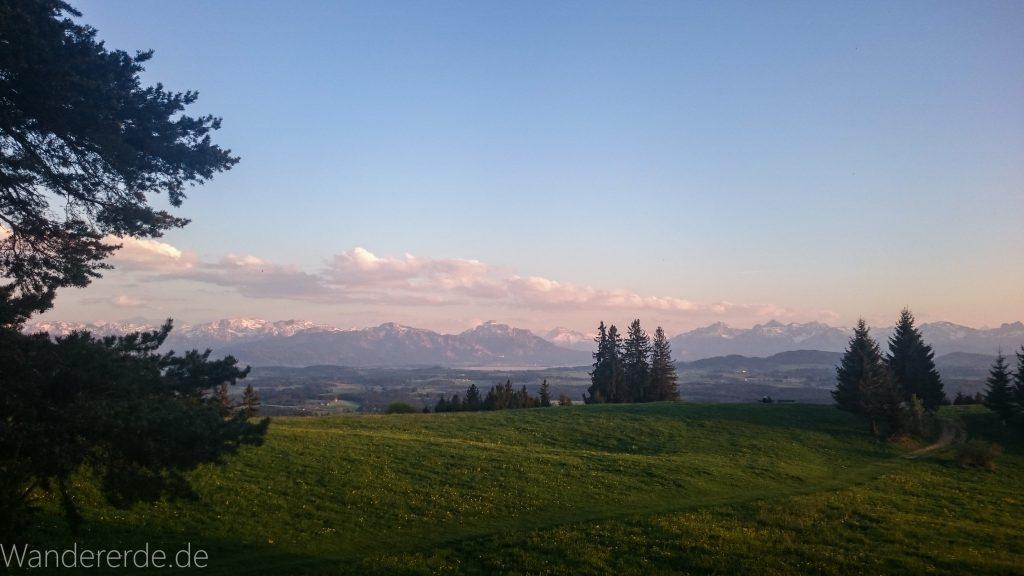 Auerberg im Allgäu, wunderschöne Aussicht, Sonnenuntergang, Bäume, Wolken in der Ferne, Ausicht auf deutsche Alpen, Alpenkette, sehr weiter Blick, romantisch, saftig grüne Wiese