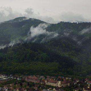 Aussicht in Stadt Freiburg vom Schlossberg, Häuser, Wald, Wolken, Schwarzwald