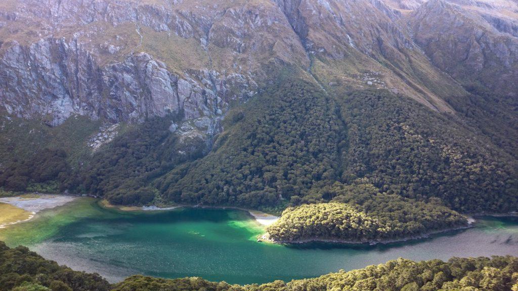 Wanderung Routeburn Track - Great Walk im Fiordland Nationalpark Südinsel Neuseeland, Wanderweg Routeburn im Fiordland Nationalpark, beeindruckende Berge mit schneebedeckten Gipfeln über der Baumgrenze, herrlicher Sommertag auf Südinsel Neuseelands, traumhafte Wanderung, raues Gebirgsklima, lebensfeindlich und doch wunderschön, beeindruckend, schöner Gebirgssee mit klarem Wasser, Umgebung spiegelt sich