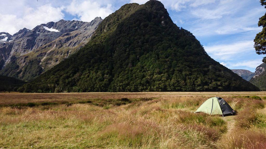 Wanderung Routeburn Track - Great Walk im Fiordland Nationalpark Südinsel Neuseeland, zauberhaftes Routeburn Tal Valley, Wanderweg Routeburn im Fiordland Nationalpark, beeindruckende Berge mit Gipfeln über der Baumgrenze, herrlicher Sommertag auf Südinsel Neuseelands, traumhafte Wanderung, wunderschön, beeindruckend, unser kleines Zelt im Routeburn Flat Campingplatz