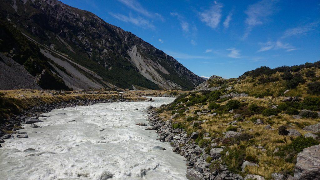 Wanderungen im Mount Cook Nationalpark, Aoraki, Südinsel Neuseeland, Wanderung im Mount Cook Nationalpark durch das Hooker Valley Tal, raue, lebensfeindliche und doch wunderschöne Umgebung, vom Gletscher gespeister Fluss, Berghang