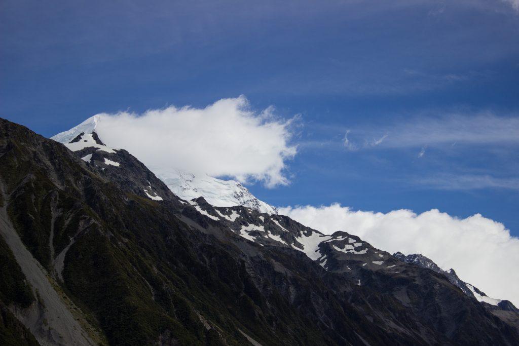 Wanderungen im Mount Cook Nationalpark, Aoraki, Südinsel Neuseeland, Wanderung zum Tasman Glacier View mit Sonnenschein, schneebedeckte Gipfel in der Ferne, raue, lebensfeindliche und doch wunderschöne Umgebung