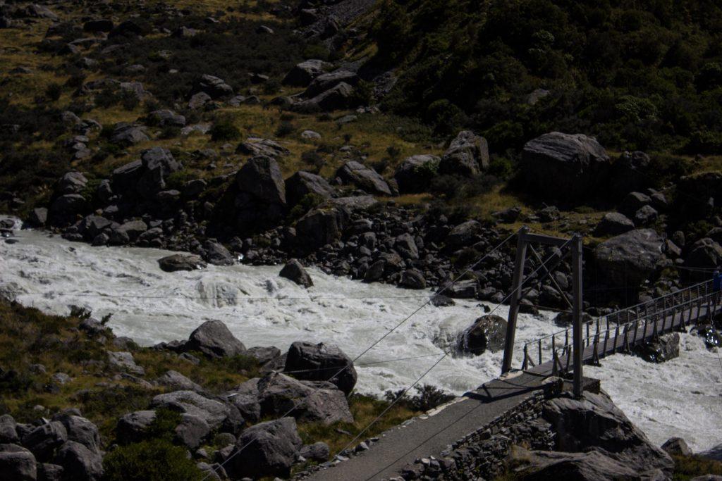 Wanderungen im Mount Cook Nationalpark, Aoraki, Südinsel Neuseeland, Wanderung im Mount Cook Nationalpark durch das Hooker Valley Tal über Hängebrücke, schneebedeckte Berge, raue, lebensfeindliche und doch wunderschöne Umgebung, vom Gletscher gespeiste Seen, Fluss
