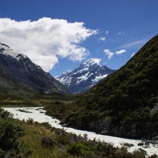 Wanderungen im Mount Cook Nationalpark, Aoraki, Südinsel Neuseeland, Wanderung im Mount Cook Nationalpark durch das Hooker Valley Tal, Aussicht auf schneebedeckte Berge, raue, lebensfeindliche und doch wunderschöne Umgebung, vom Gletscher gespeister See, Fluss
