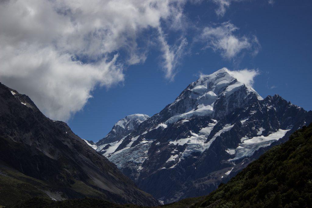 Wanderungen im Mount Cook Nationalpark, Aoraki, Südinsel Neuseeland, Wanderung im Hooker Valley mit Sonnenschein an zauberhaftem Tag in Neuseeland auf der Südinsel, schneebedeckte Gipfel in der Ferne, raue, lebensfeindliche und doch wunderschöne Umgebung