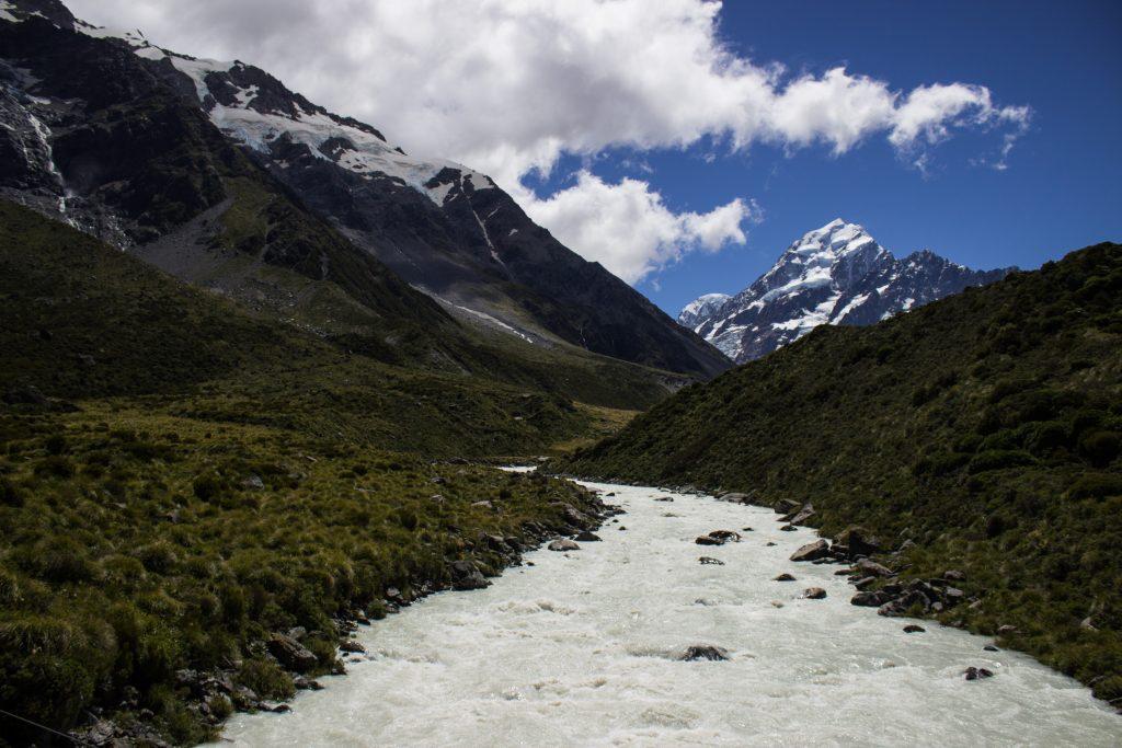 Wanderungen im Mount Cook Nationalpark, Aoraki, Südinsel Neuseeland, Wanderung im Mount Cook Nationalpark durch das Hooker Valley Tal, Aussicht auf schneebedeckten Berg Cook, Mount Cook, raue, lebensfeindliche und doch wunderschöne Umgebung, vom Gletscher gespeister Fluss, saftig grüne Wälder auf Berghang
