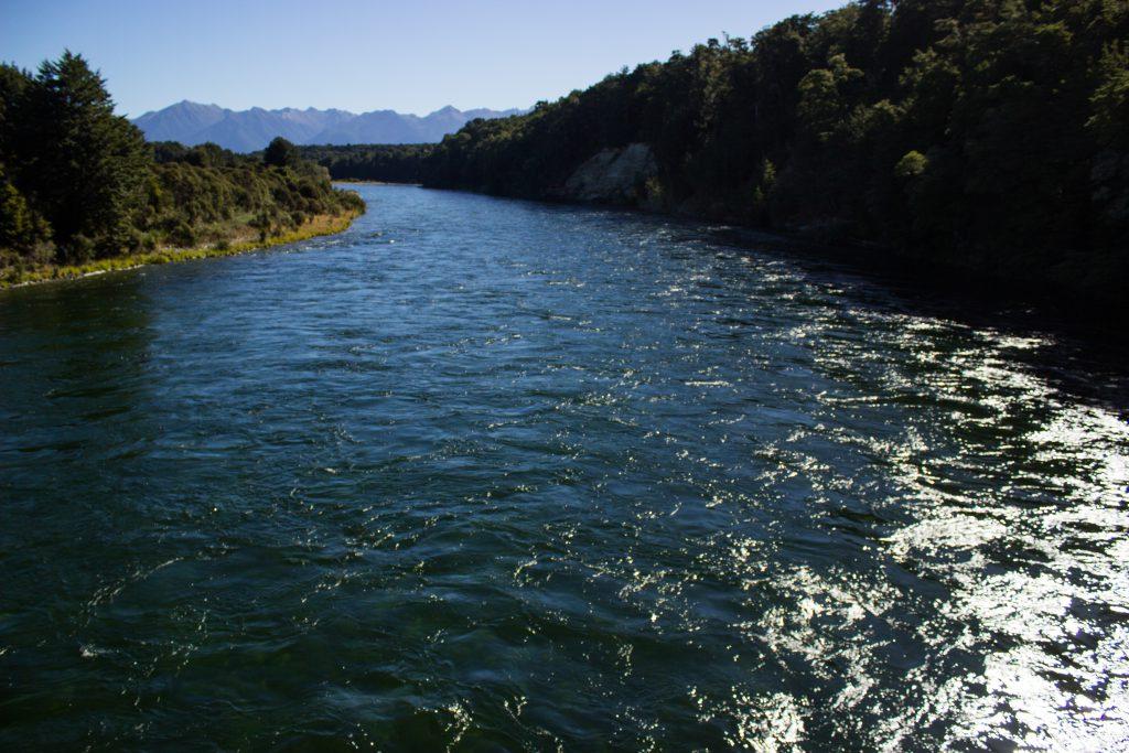 Wanderung Kepler Track - Great Walk, Wanderweg herrliche Aussicht auf schönen, reißenden Fluss und Wald am Ufer, dunkelblauer Fluss, herrlicher Sommertag in Neuseeland Südinsel, Fiordland National Park, Wandertag beim Kepler Track