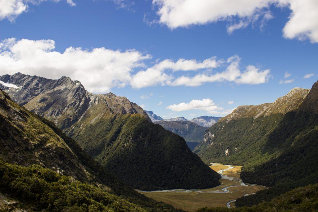 Wanderung Routeburn Track - Great Walk im Fiordland Nationalpark Südinsel Neuseeland, zauberhaftes Routeburn Tal Valley, Wanderweg Routeburn im Fiordland Nationalpark, beeindruckende Berge mit Gipfeln über der Baumgrenze, herrlicher Sommertag auf Südinsel Neuseelands, traumhafte Wanderung, wunderschön, beeindruckend, saftig grüner Wald bedeckt Berge