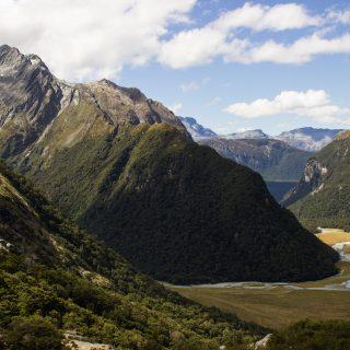 Wanderung Routeburn Track - Great Walk im Fiordland Nationalpark Südinsel Neuseeland,zauberhaftes Routeburn Tal Valley, Wanderweg Routeburn im Fiordland Nationalpark, beeindruckende Berge mit Gipfeln über der Baumgrenze, herrlicher Sommertag auf Südinsel Neuseelands, traumhafte Wanderung, wunderschön, beeindruckend, saftig grüner Wald bedeckt Berge