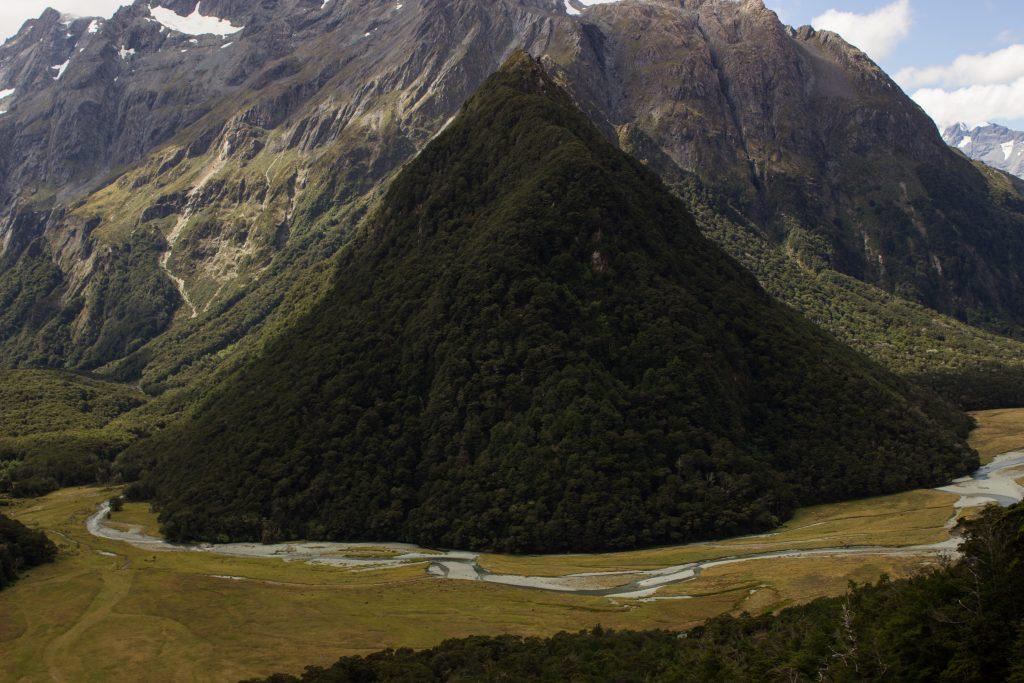 Wanderung Routeburn Track - Great Walk im Fiordland Nationalpark Südinsel Neuseeland, zauberhaftes Routeburn Tal Valley, Wanderweg Routeburn im Fiordland Nationalpark, beeindruckende Berge mit Gipfeln über der Baumgrenze, herrlicher Sommertag auf Südinsel Neuseelands, traumhafte Wanderung, wunderschön, beeindruckend