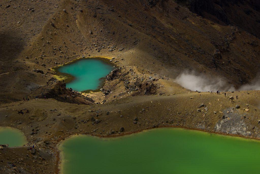 Tongarrio Alpine Crossing Wanderung, Nordinsel Neuseeland, grüne Emerald Lakes, Vulkanlandschaft, lebensfeindliche Landschaft, in Wolken gehüllte Berge, Geröll und Steine