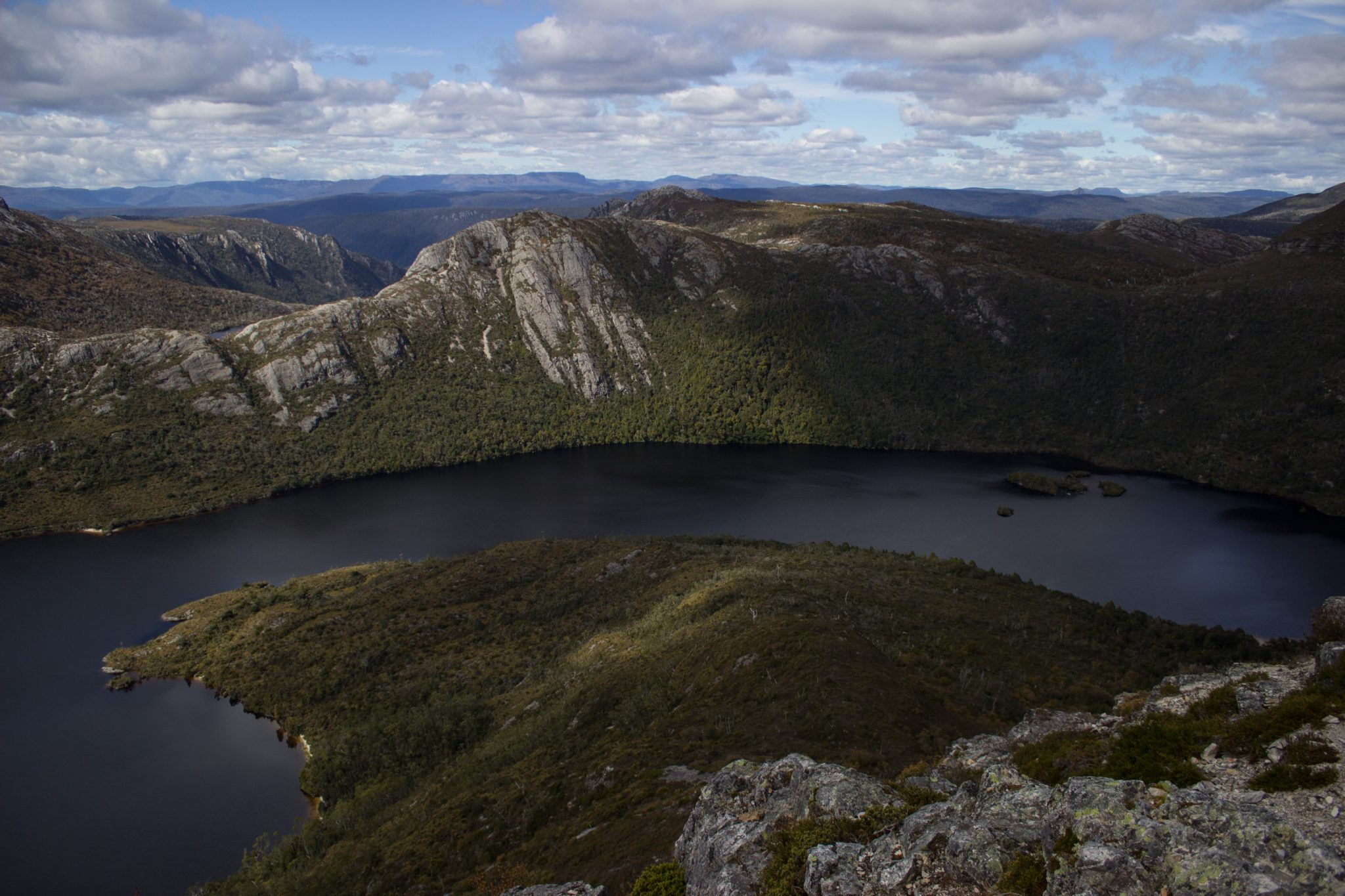 Ronny Creek bis Marions Lookout, Aussichtspunkt, Wanderung Overland Track im Cradle Mountain Lake St. Clair National Park, raue Gebirgslandschaft, schöner See, Ende des Sommers in Tasmanien, Bäume