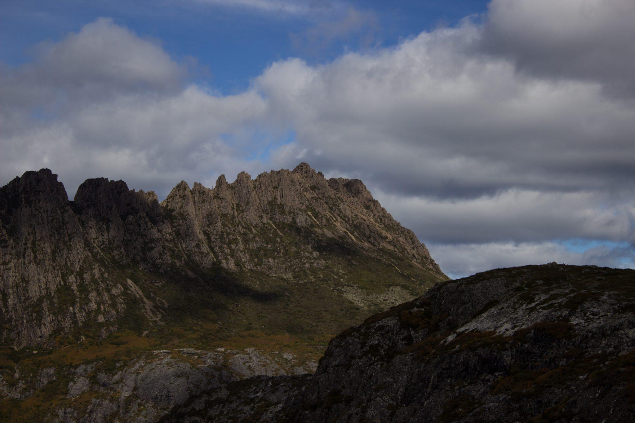 Ronny Creek bis Marions Lookout, Aussichtspunkt, Wanderung Overland Track im Cradle Mountain Lake St. Clair National Park, raue Gebirgslandschaft, schöner See, Ende des Sommers in Tasmanien, Aussicht auf atemberaubende schöne Berggipfel