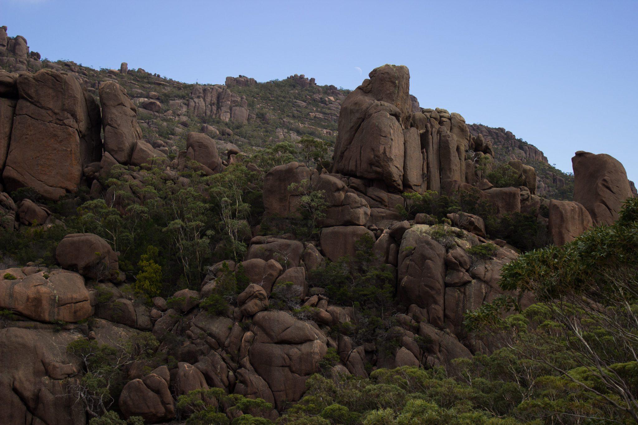 traumhafter Freycinet Nationalpark in Tasmanien, riesige Steine, Klumpen übereinander