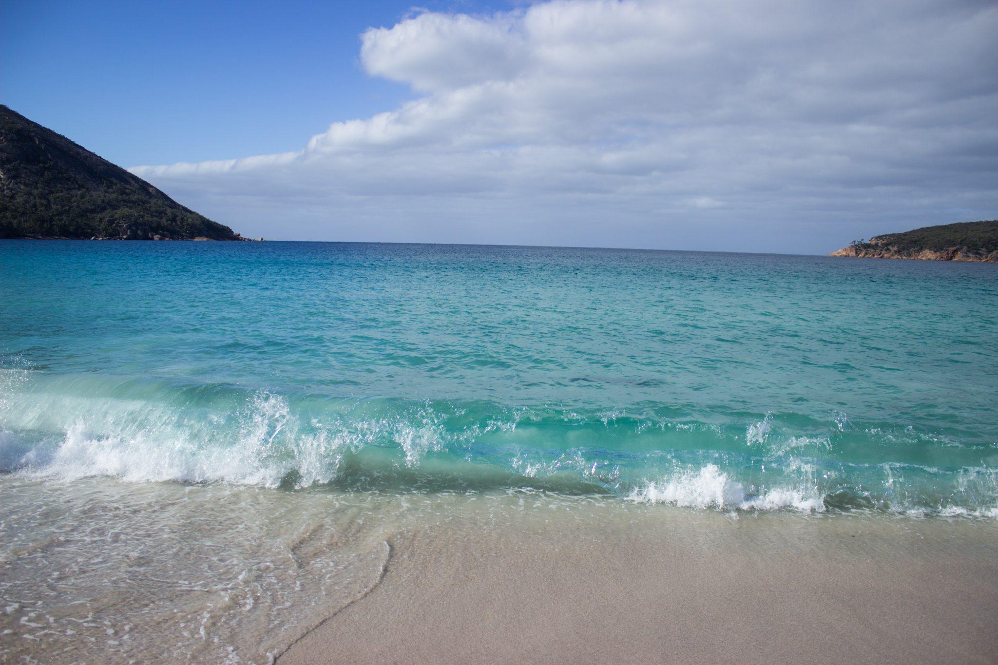 Wineglass Bay, Bucht im traumhaften Freycinet Nationalpark in Tasmanien, Strand mit schneeweißem Zuckersand und kristallklarem Wasser, Traumstrand