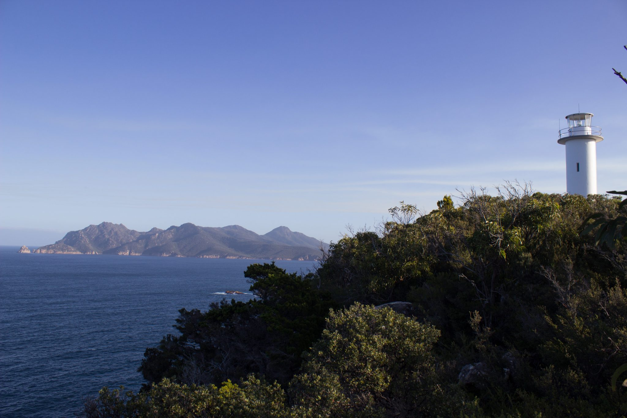 Lookout, Aussichtspunkt im traumhaften Freycinet Nationalpark in Tasmanien, saftig grüner Wald, Berge
