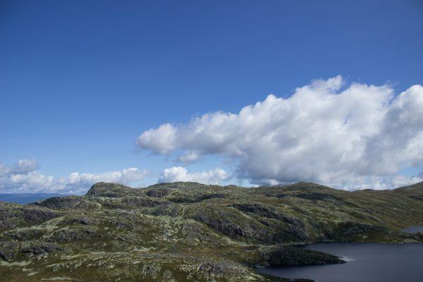 Wanderung auf den Gaustatoppen in Norwegen, startet in der Nähe des Ortes Rjukan, traumhafte Aussicht auf schönste Landschaft, kleine Seen und bergige Hügel