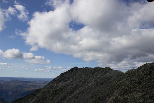 Wanderung auf den Gaustatoppen in Norwegen, startet in der Nähe des Ortes Rjukan, traumhafte weite Aussicht auf schönste Landschaft, kleine Seen und Berge, Blick auf den eigentlichen Berggipfel, erreichbar über sehr schmalen Bergpfad