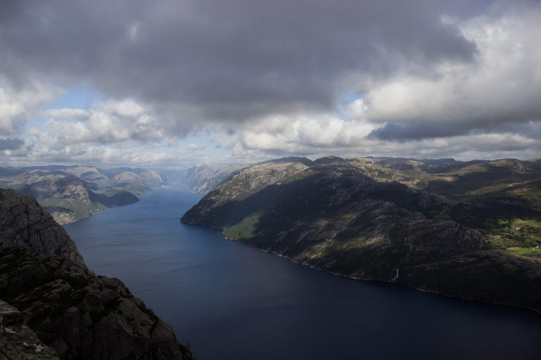 Wanderung zum Pulpit Rock Preikestolen, berühmtester Felsen in Norwegen, Blick auf Lysefjord