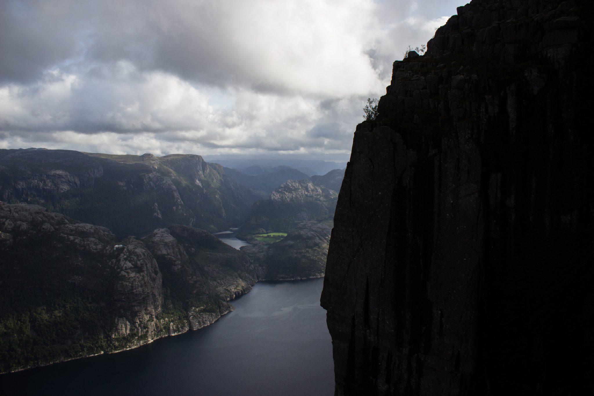Wanderung zum Pulpit Rock Preikestolen, berühmtester Felsen in Norwegen, Blick auf Lysefjord und riesige steile Felswände, traumhafte Landschaft