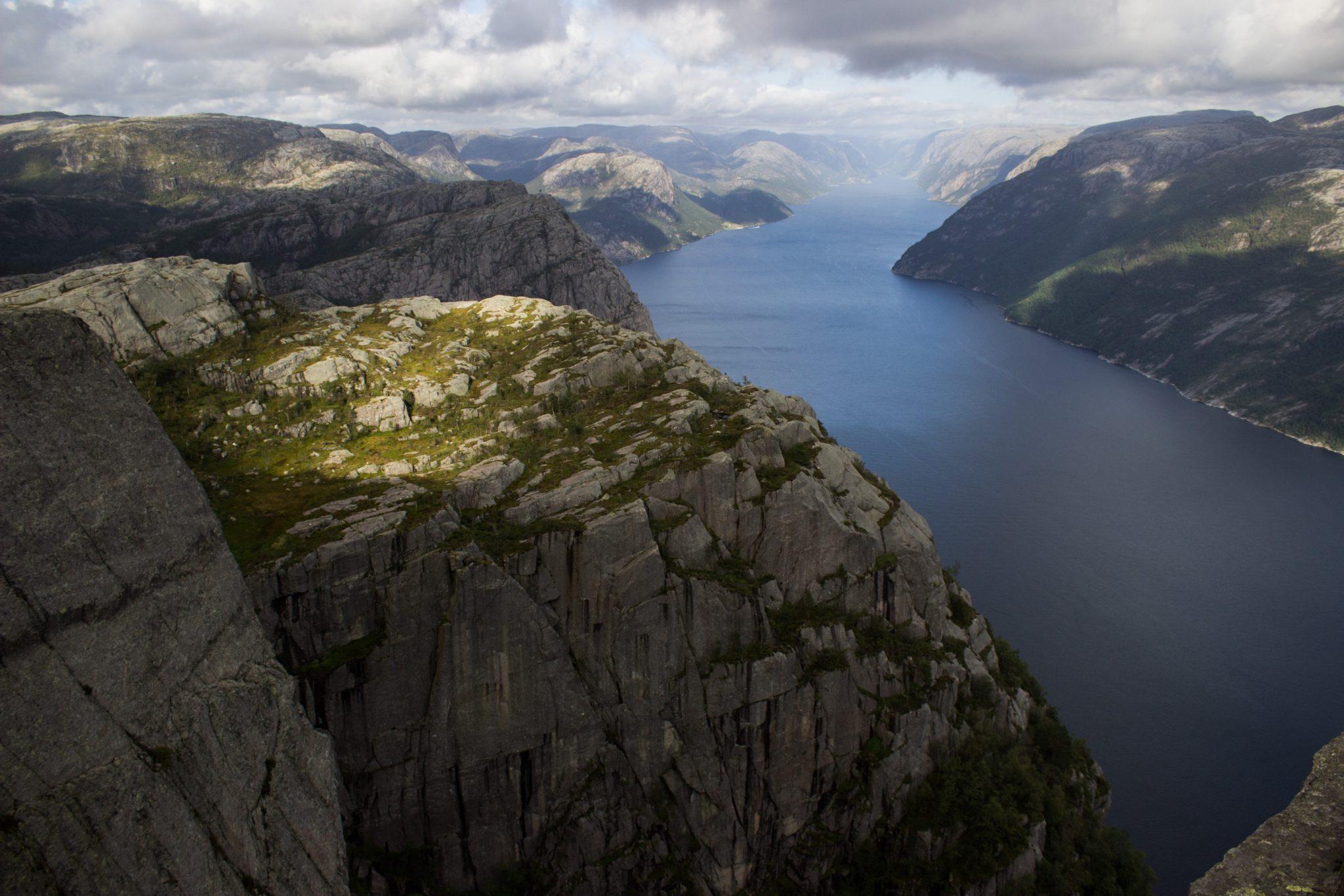 Wanderung zum Pulpit Rock Preikestolen, berühmtester Felsen in Norwegen, weiter Blick auf Lysefjord und riesige steile Felswände, traumhafte Landschaft