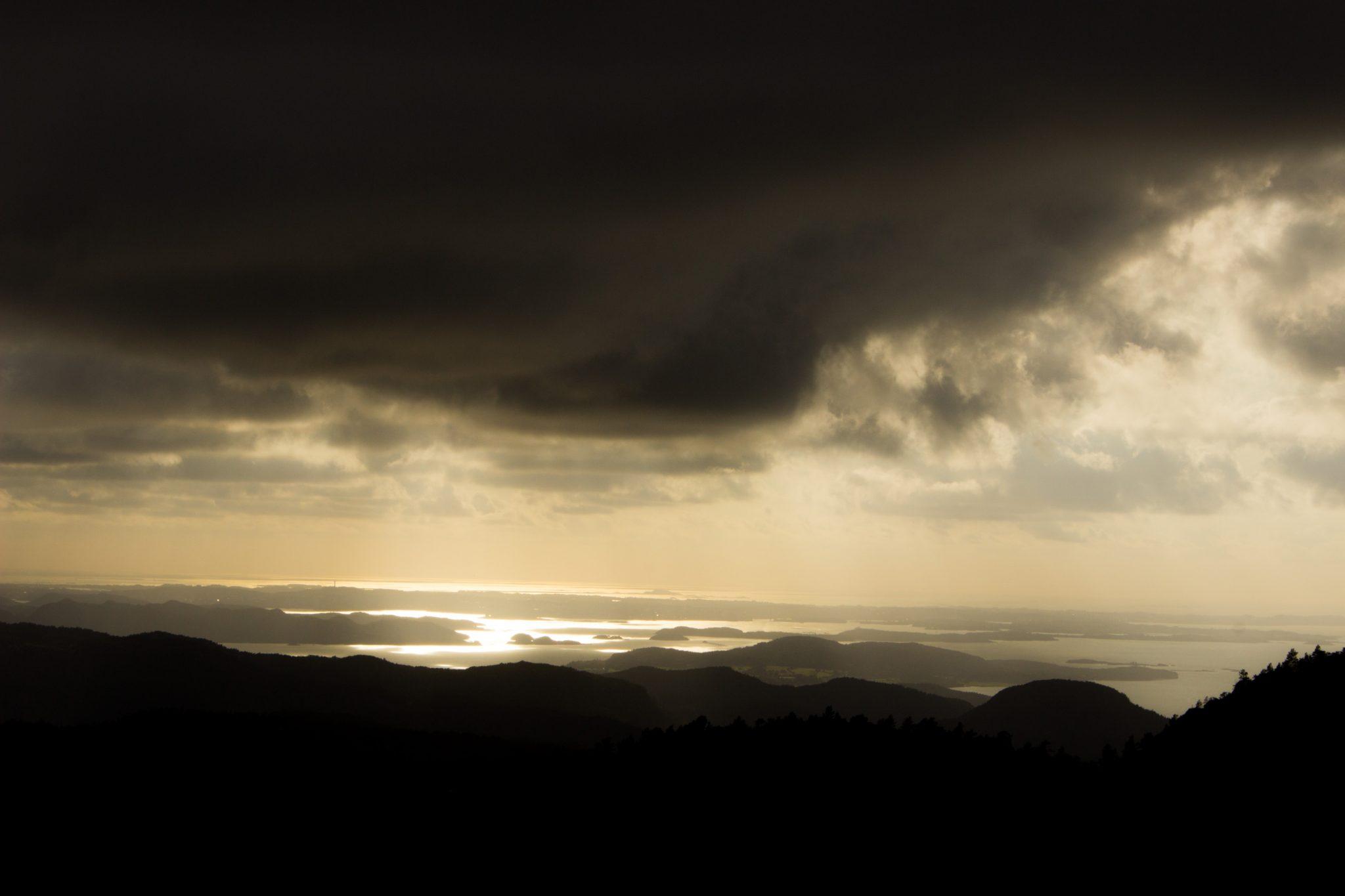 Wanderung zum Pulpit Rock Preikestolen, berühmtester Felsen in Norwegen, Blick auf Fjordlandschaft mit Sonnenuntergang, schönes Licht, Rückweg der Wanderung vom Pulpit Rock