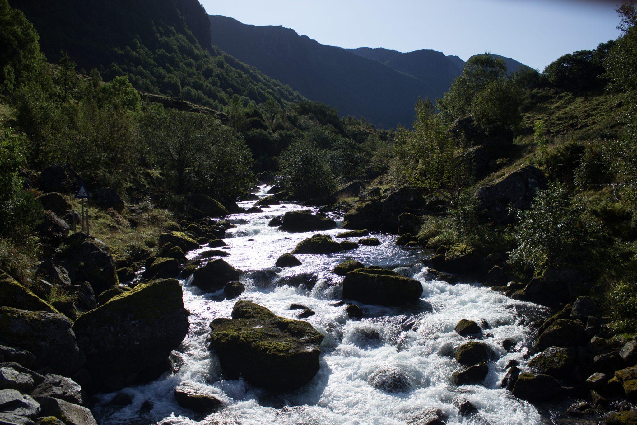 Wanderung vom Ort Sundal bis zum Gletscher Bondhusbreen im Folgefonna Nationalpark, traumhafte Bergkulisse und reißender Fluß, schöner Sommertag