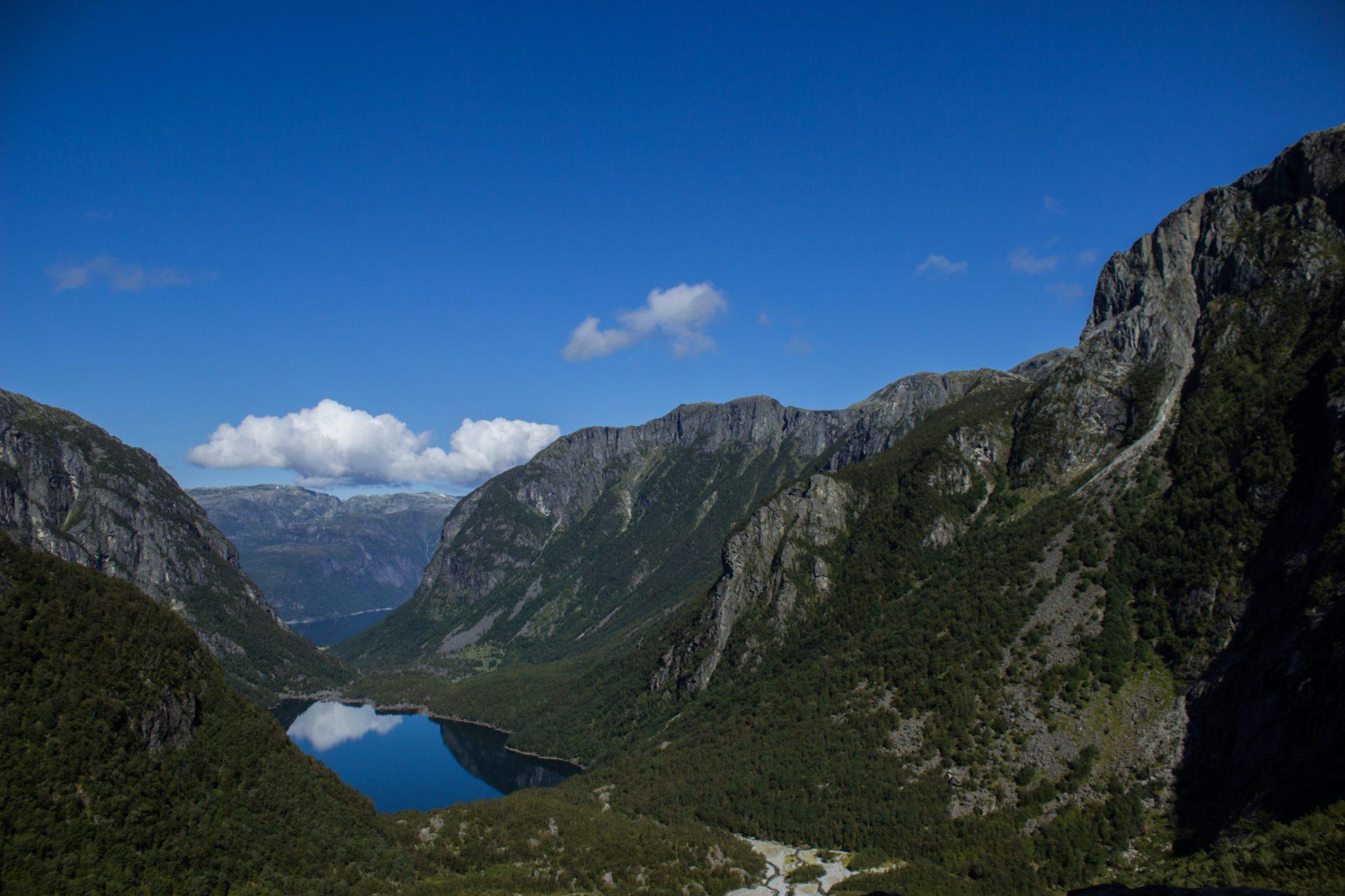 Wanderung vom Ort Sundal bis zum Gletscher Bondhusbreen im Folgefonna Nationalpark, traumhafte Bergkulisse, schöner Sommertag, kristallklares Wasser im See von Gletscher gespeist, umgeben von Wald