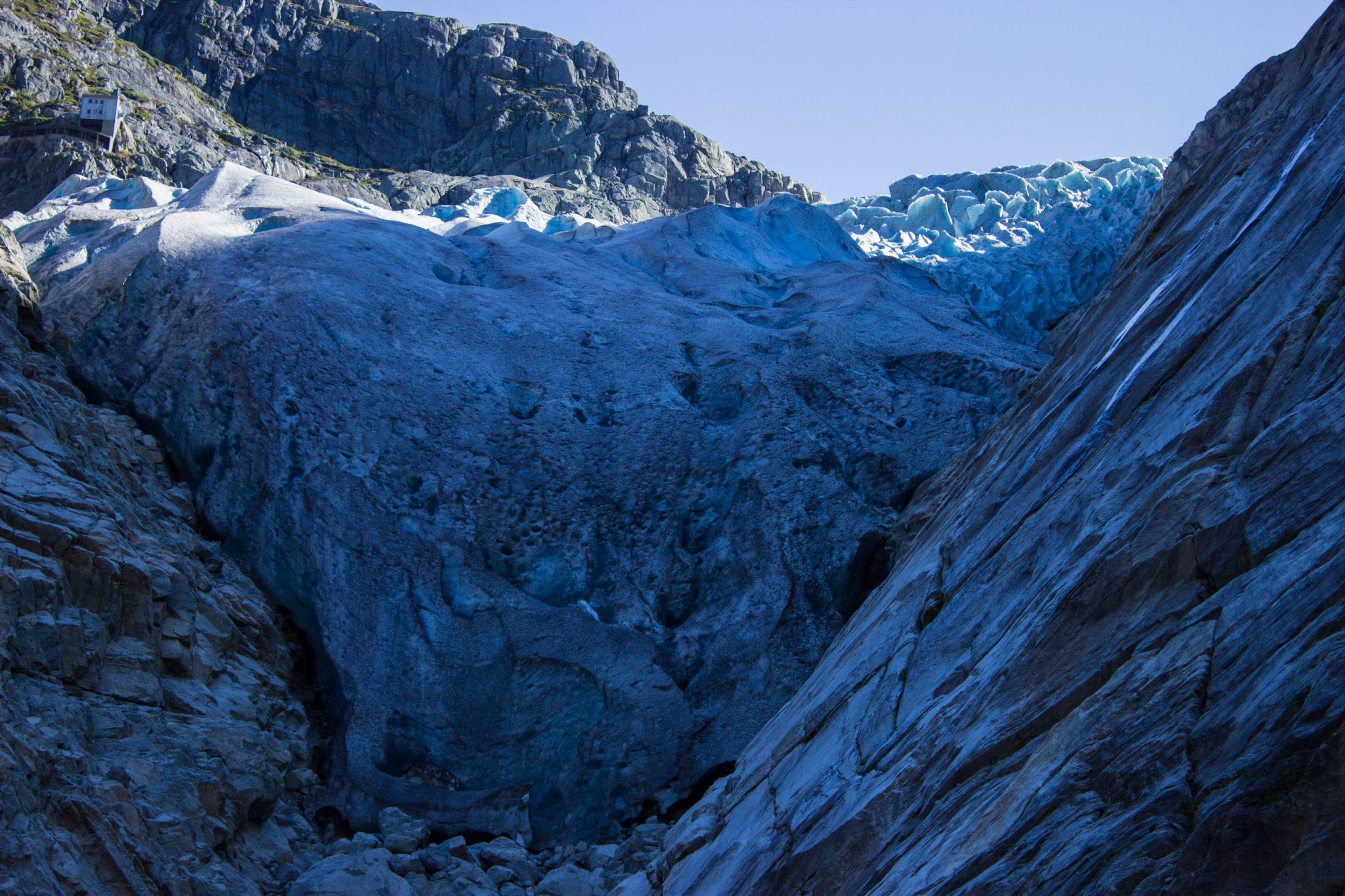Wanderung vom Ort Sundal bis zum Gletscher Bondhusbreen im Folgefonna Nationalpark, beeindruckender Gletscher unmittelbar vor einem, mächtiges Eis