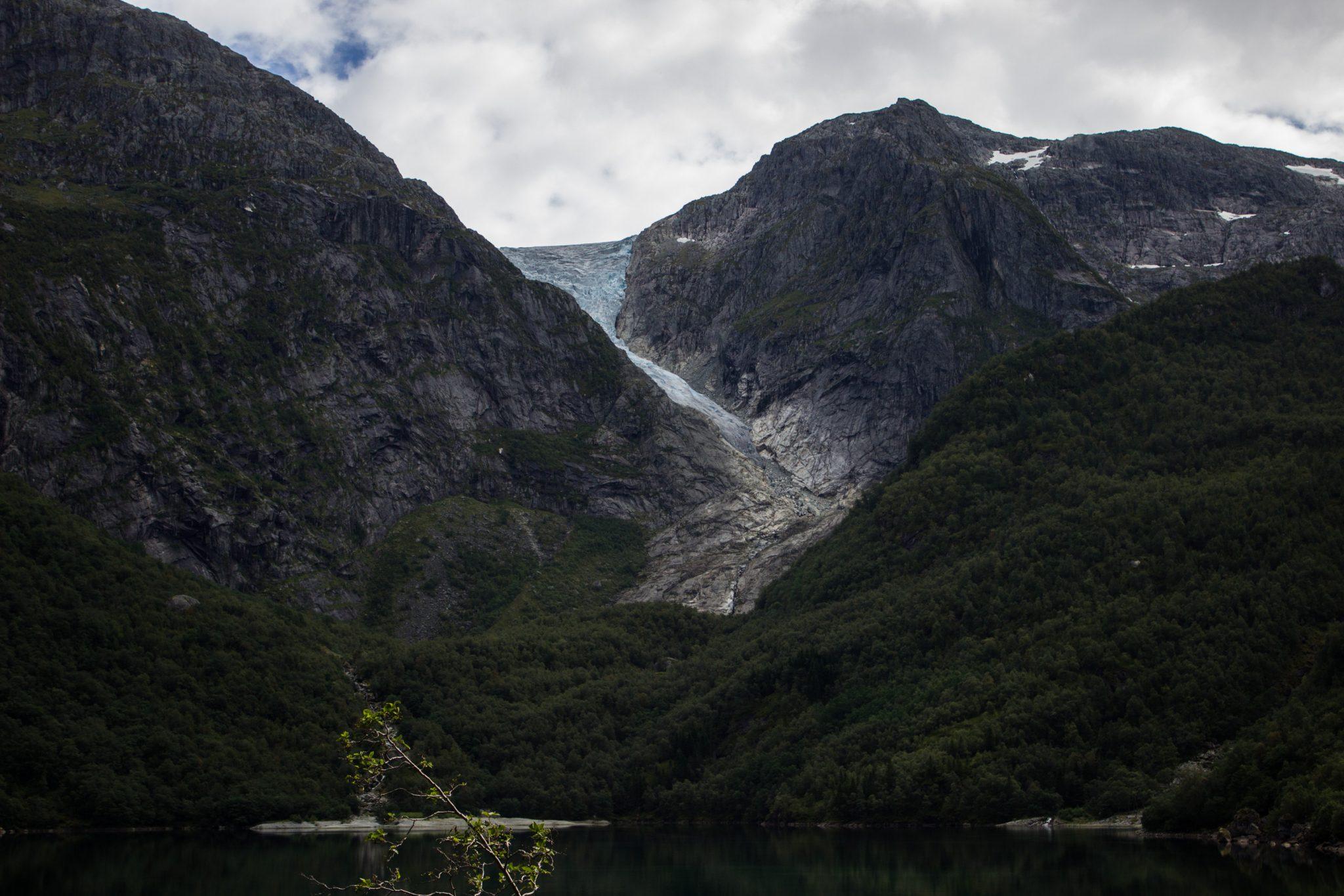 Wanderung vom Ort Sundal bis zum Gletscher Bondhusbreen im Folgefonna Nationalpark, traumhafte Bergkulisse, Blick auf Gletscher Bondhusbreen, schöner Sommertag, kristallklares Wasser im See von Gletscher gespeist, umgeben von Wald