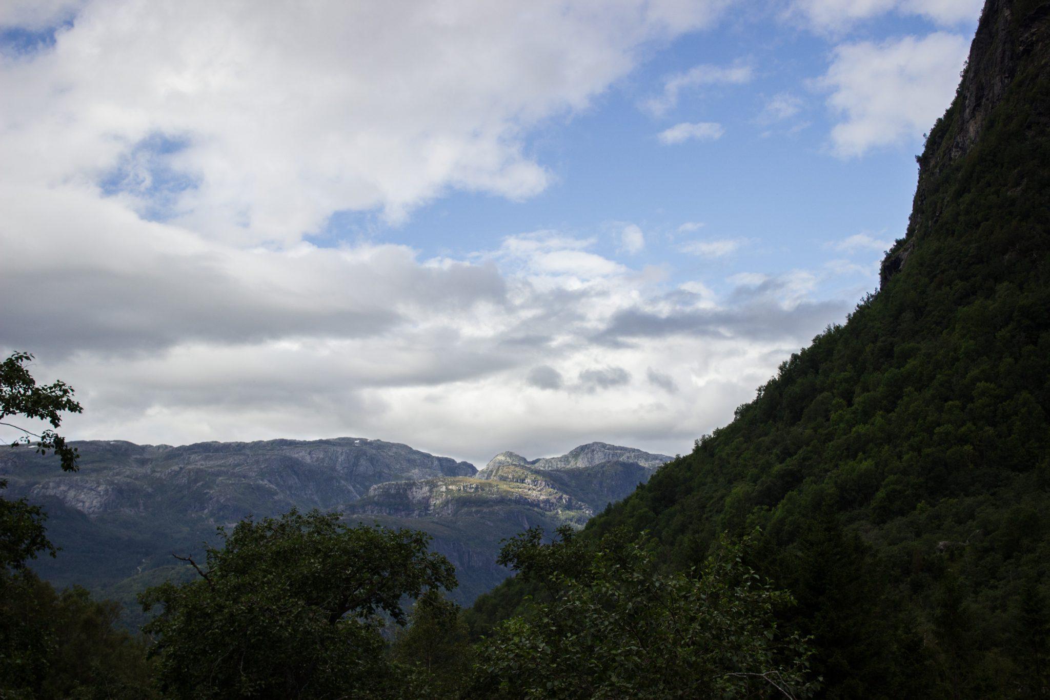 Wanderung vom Ort Sundal bis zum Gletscher Bondhusbreen im Folgefonna Nationalpark, traumhafte Bergkulisse, schöner Sommertag, umgeben von Wald