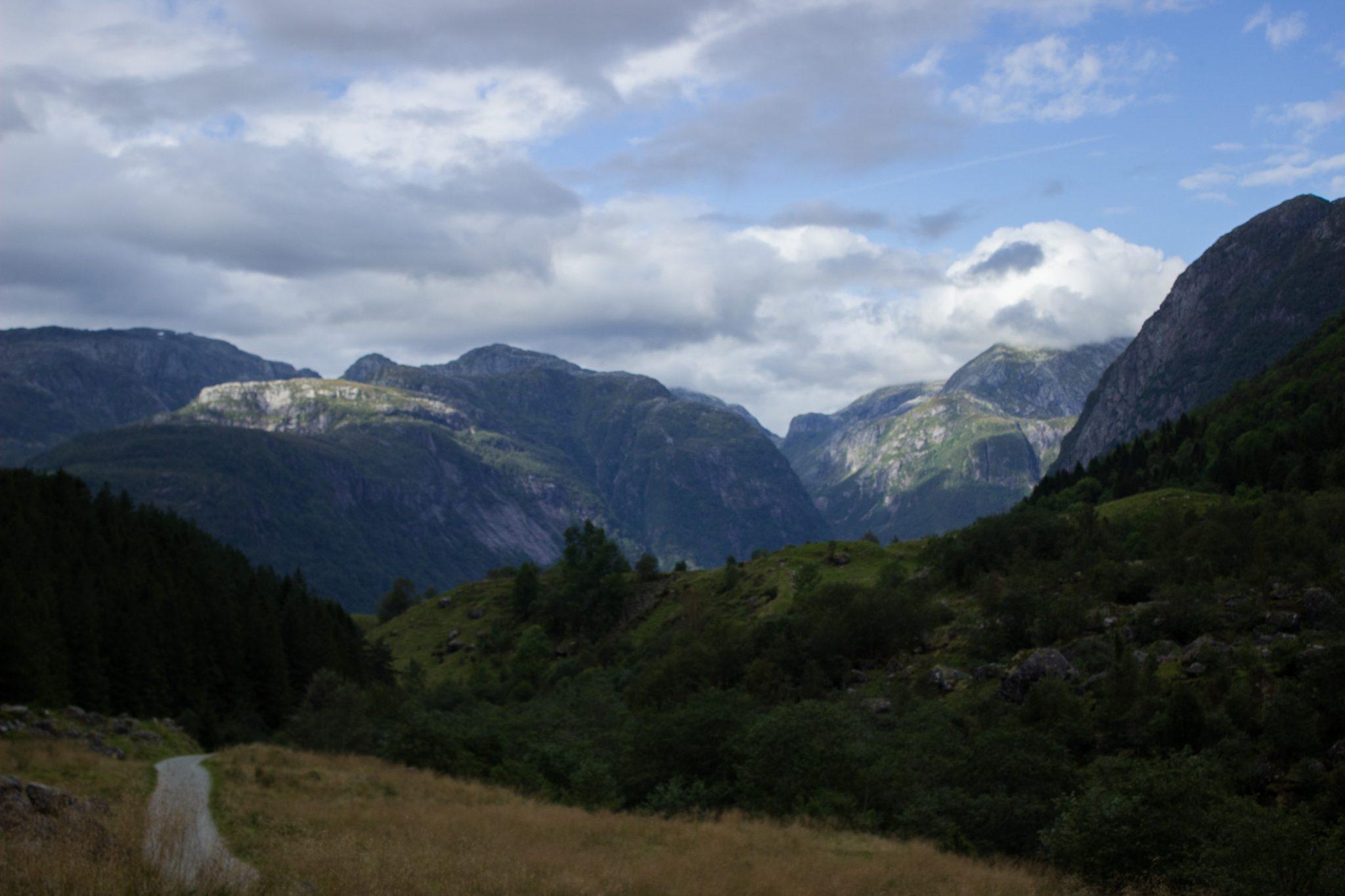 Wanderung vom Ort Sundal bis zum Gletscher Bondhusbreen im Folgefonna Nationalpark, traumhafte Bergkulisse, schöner Sommertag, umgeben von Wald, Wanderpfad Richtung Gletscher