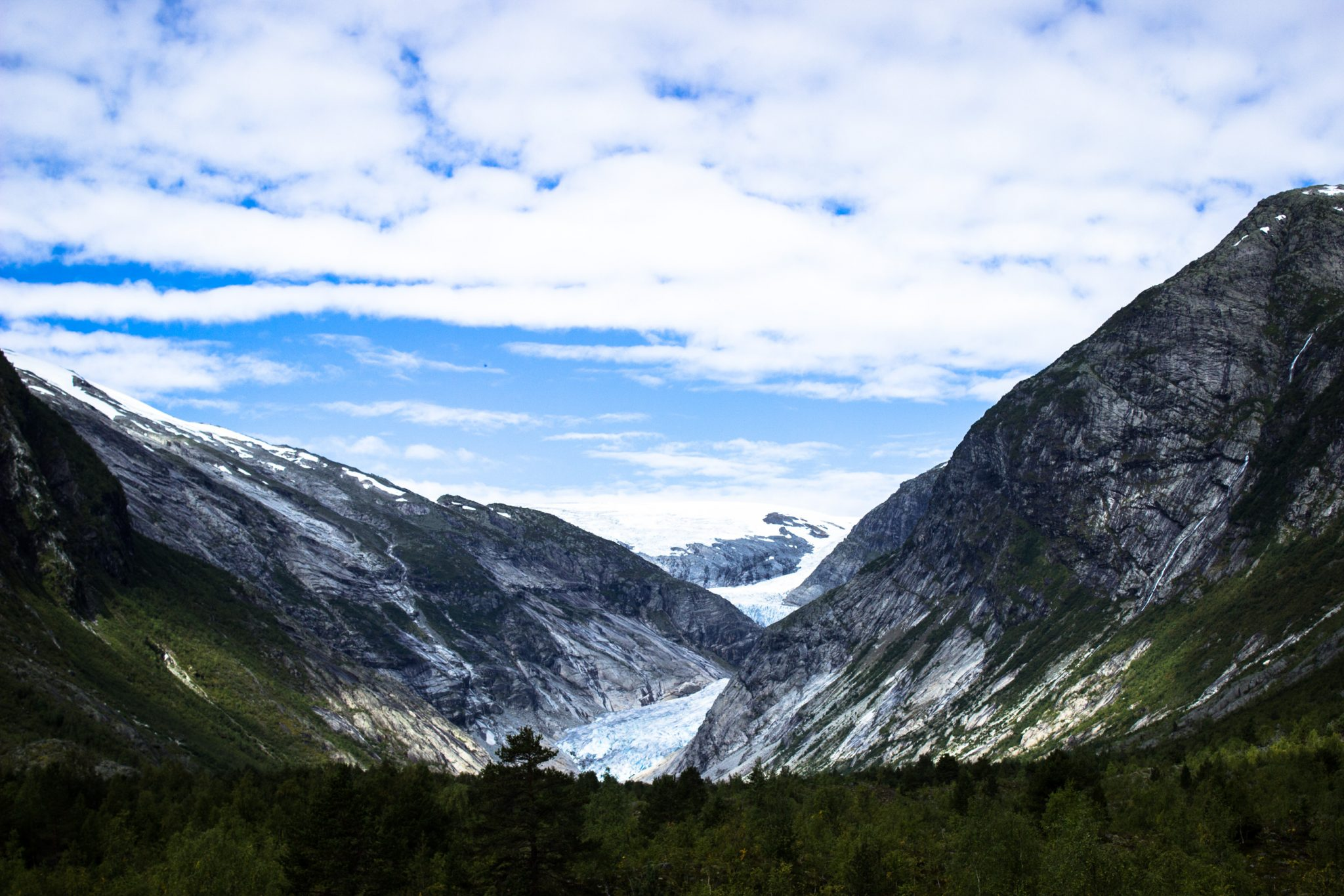 Wanderung Gletscher Nigardsbreen im Jostedalsbreen Nationalpark, Blick auf den Gletscher Nigardsbreen umgeben von Bergen und Wald