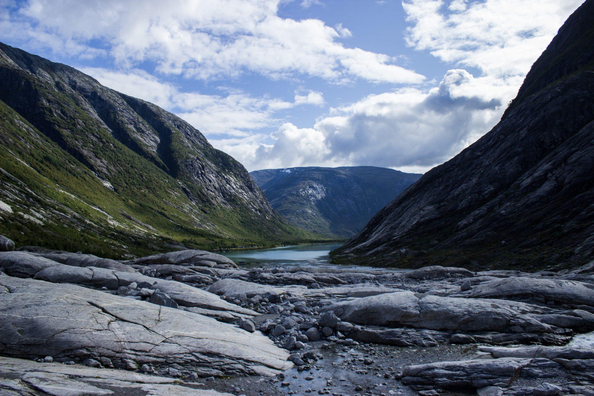 Wanderung Gletscher Nigardsbreen im Jostedalsbreen Nationalpark, Blick vom Gletscher Richtung gespeistem Fluß und See, traumhafte Landschaft