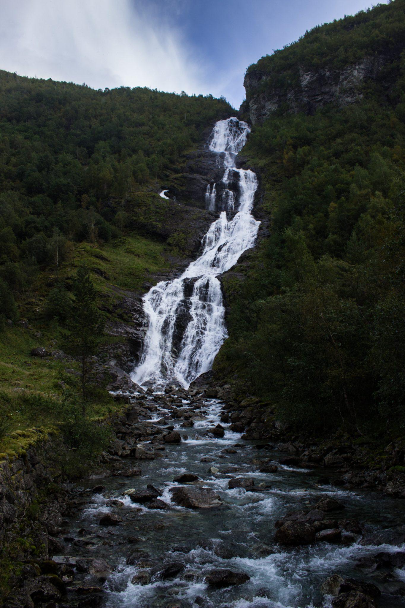 Wanderung zum Vettisfossen Wasserfall, höchster unregulierter Wasserfall in Norwegen mit schönem Wald ringsum
