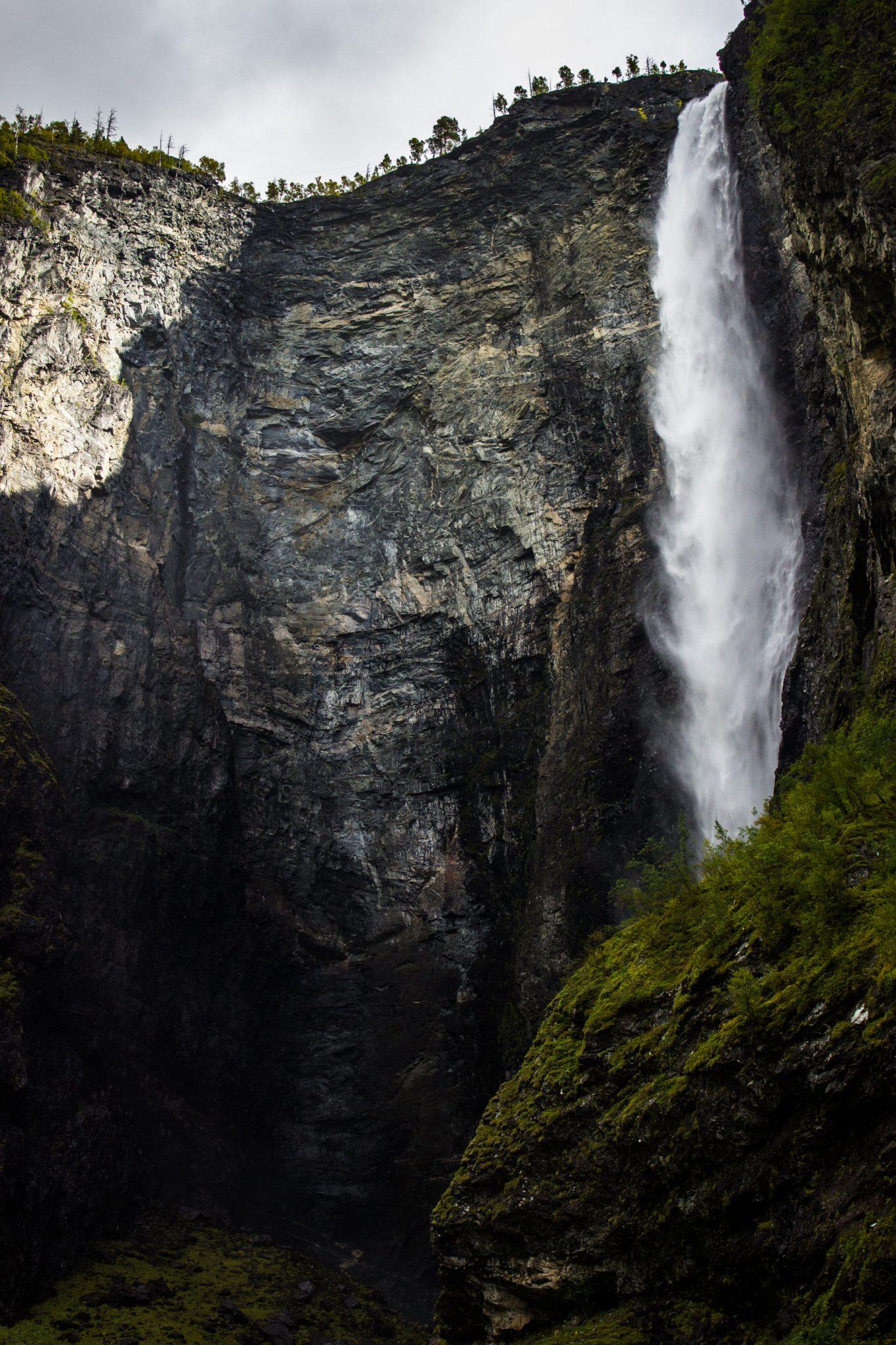 Wanderung zum Vettisfossen Wasserfall, höchster unregulierter Wasserfall in Norwegen mit schönem Wald ringsum, steile riesige Felswand