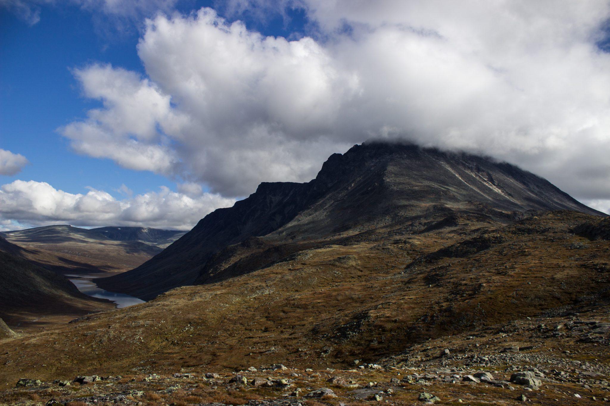 Wanderung Besseggen-Grat im Jotunheimen Nationalpark, traumhafte Landschaft, teils karge Fluß- und Berglandschaft
