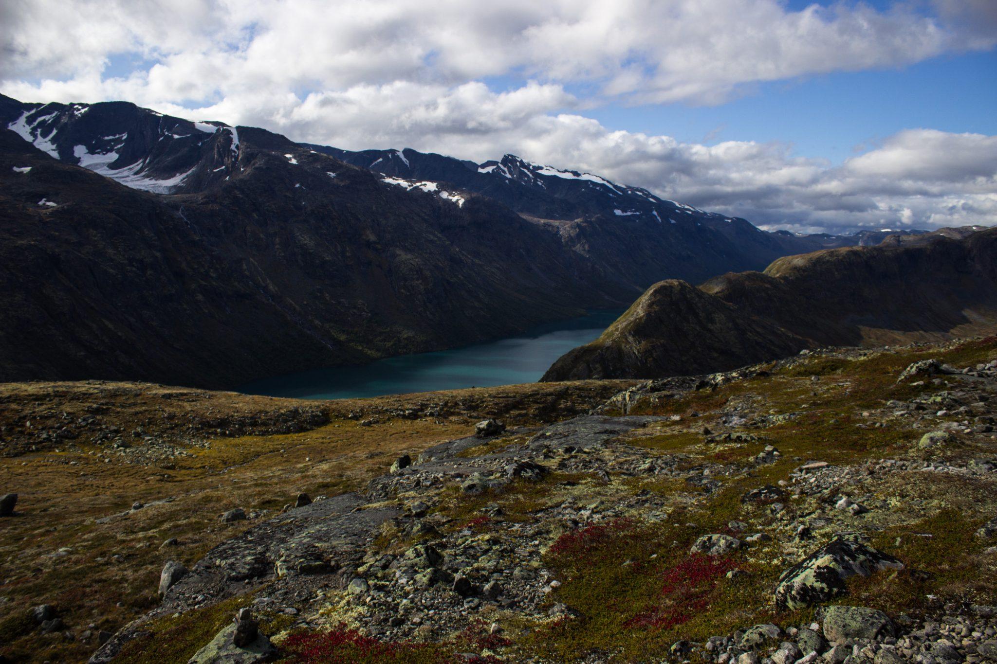 Wanderung Besseggen-Grat im Jotunheimen Nationalpark, traumhafte Landschaft, teils karge Fluß- und Berglandschaft, schneebedeckte Gipfel