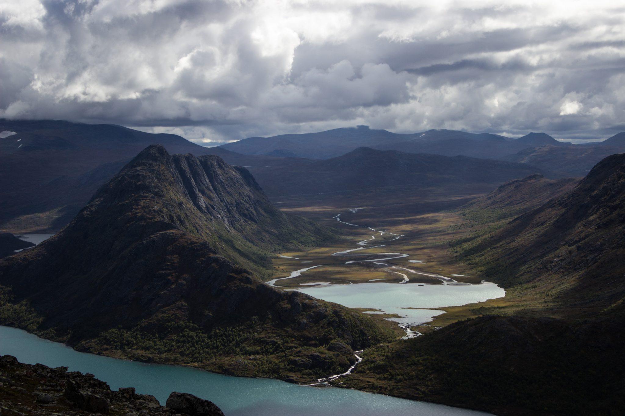 Wanderung Besseggen-Grat im Jotunheimen Nationalpark, Aussicht auf wunderschönen Gjendesee und umgebende Berge