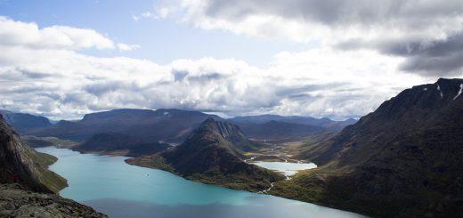 Wanderung Besseggen-Grat im Jotunheimen Nationalpark, Aussicht auf wunderschönen Gjendesee und umgebende Berge, Sonne zaubert traumhafte Farben