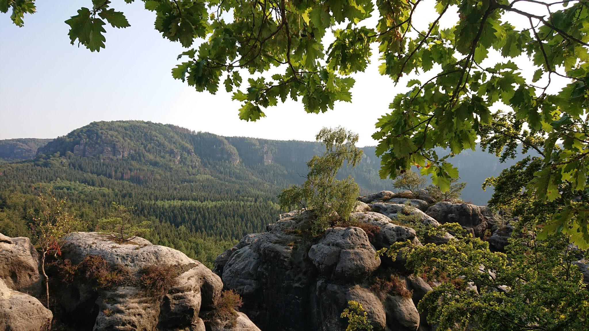 Wanderung zum Kuhstall im Kirnitzschtal, wunderbare Aussicht mit herrlichem Wetter auf das Wanderparadies sächsische Schweiz, riesiger Felsennationalpark