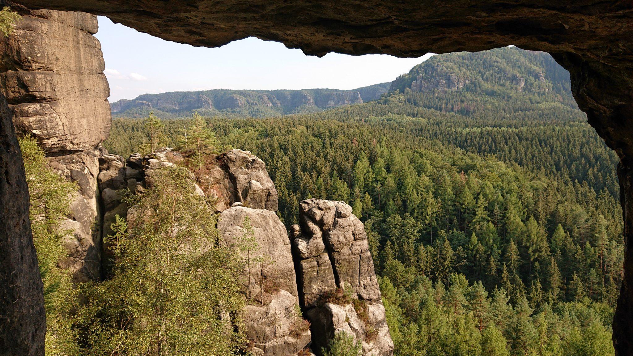 Wanderung zum Kuhstall im Kirnitzschtal, wunderbare Aussicht mit herrlichem Wetter auf das Wanderparadies sächsische Schweiz, riesiger Felsennationalpark mit schönem Wald