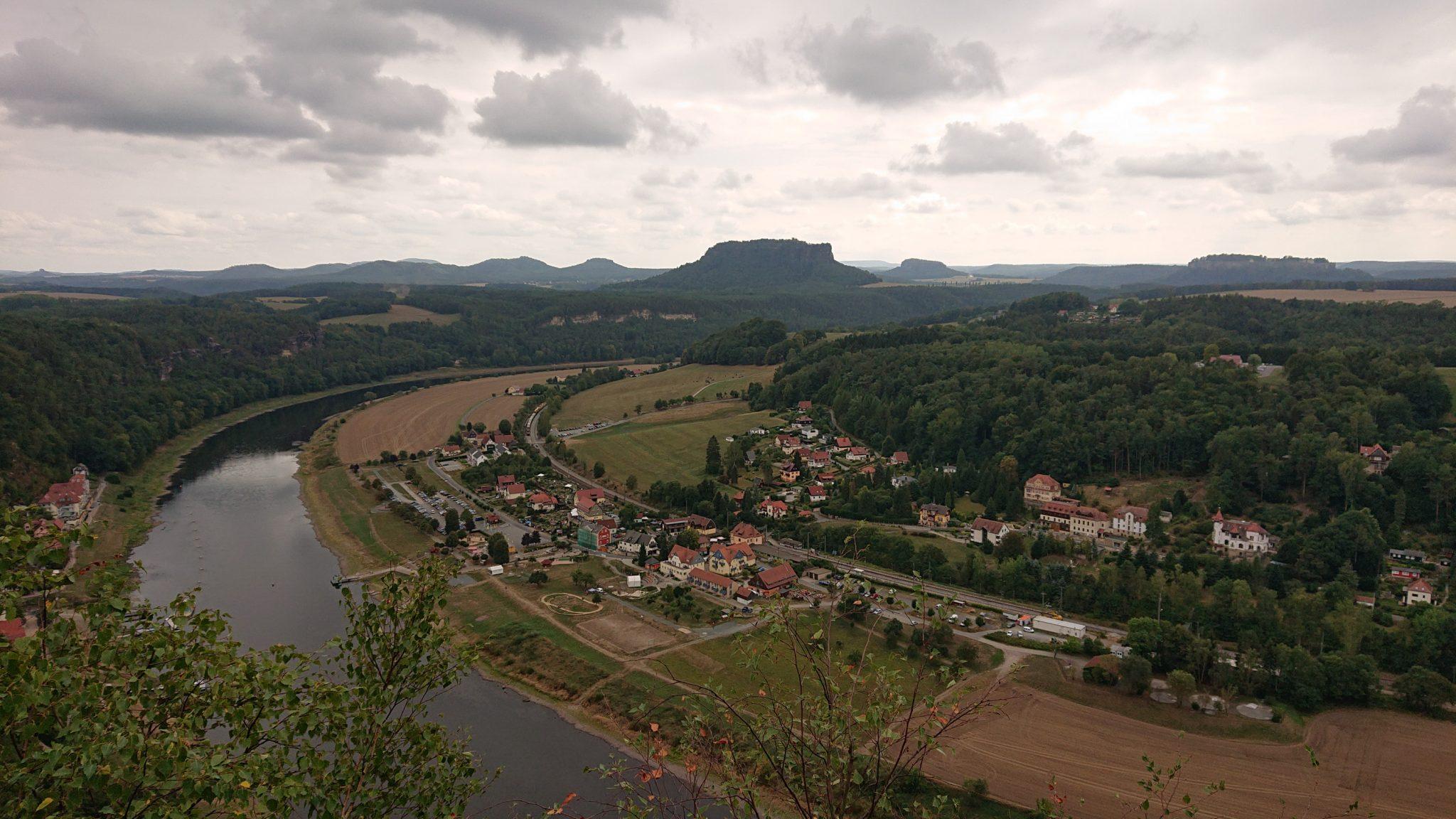 Wanderung durch Polenztal zur Bastei und zu Schwedenlöcher, Wanderweg zur Bastei mit Aussicht auf Elbe und kleine Orte