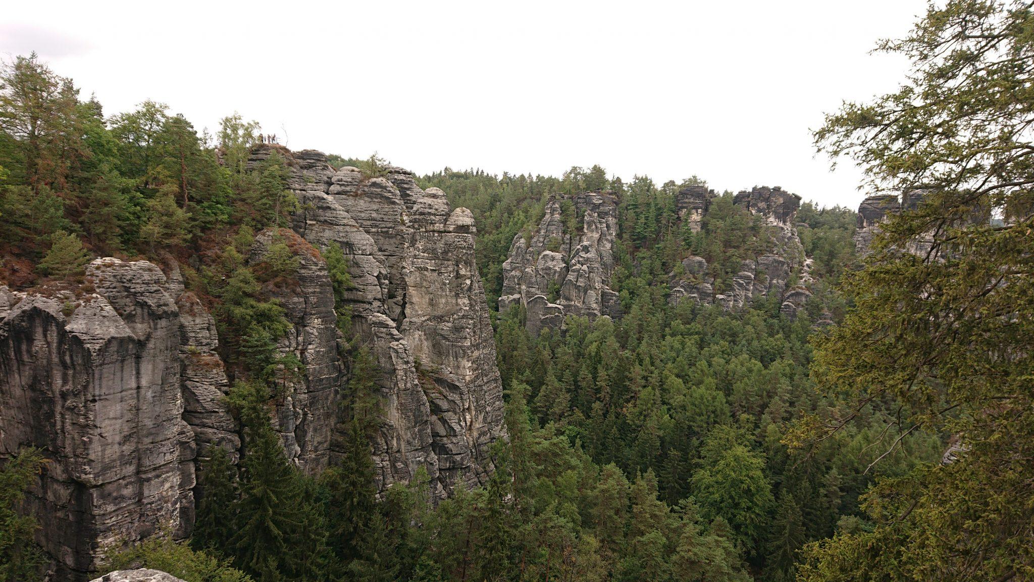 Wanderung durch Polenztal zur Bastei und zu Schwedenlöcher, Aussicht bei der Bastei, viele beeindruckende Felsen