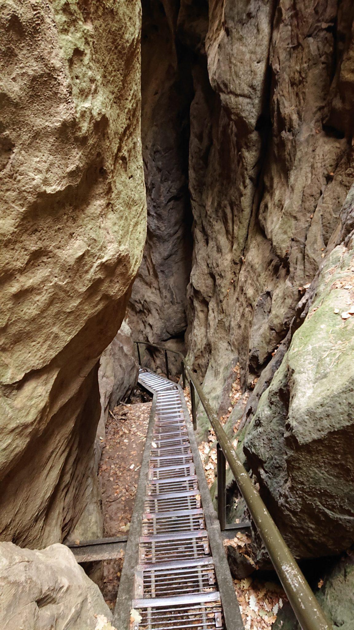 Wanderung durch Polenztal zur Bastei und zu Schwedenlöcher, schmale Metalltreppe beim Hockstein, es folgt schöne Aussicht auf Hohnstein