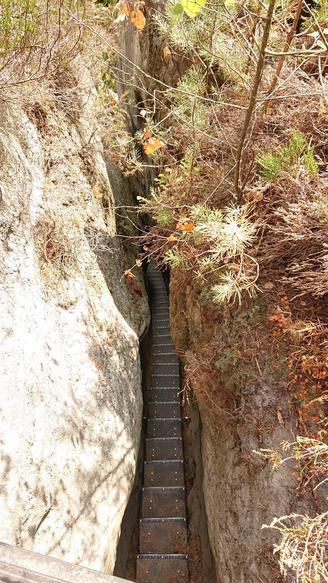 Kirnitzschklamm Hermanseck und Königsplatz im Kirnitzschtal wandern, Wanderweg im Wanderparadies Sächsische Schweiz mit vielen tollen Aussichten, riesiger Felsennationalpark, schmale Treppe zum Hermannseck Aussichtspunkt