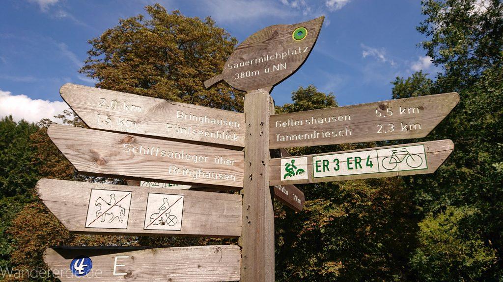 Urwaldsteig von Hemfurth nach Bringhausen zur Jausenstation, Schild Wegweiser mit verschiedenen Zielen im Nationalpark Kellerwald Edersee
