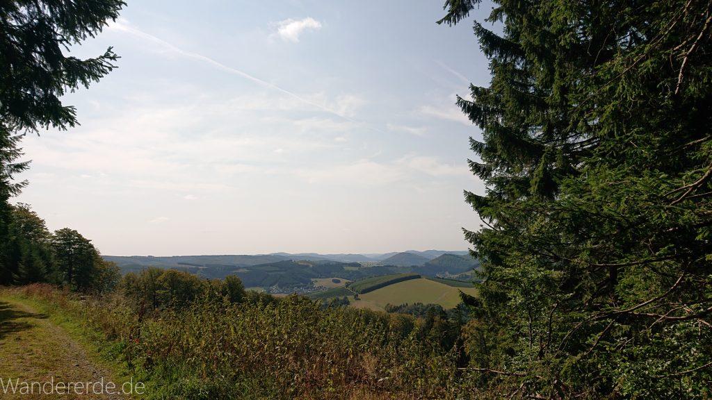 Kahler Asten-Steig, Wanderung auf den Berg Kahler Asten im Sauerland in Nordrhein-Westfalen, Aussicht vom Gipfel des Kahlen Astens
