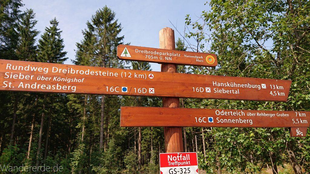 Dreibrodesteine Wanderung im Harz bei Sankt Andreasberg, Schild mit Wegweiser der Rundwanderung und weitere Ziele