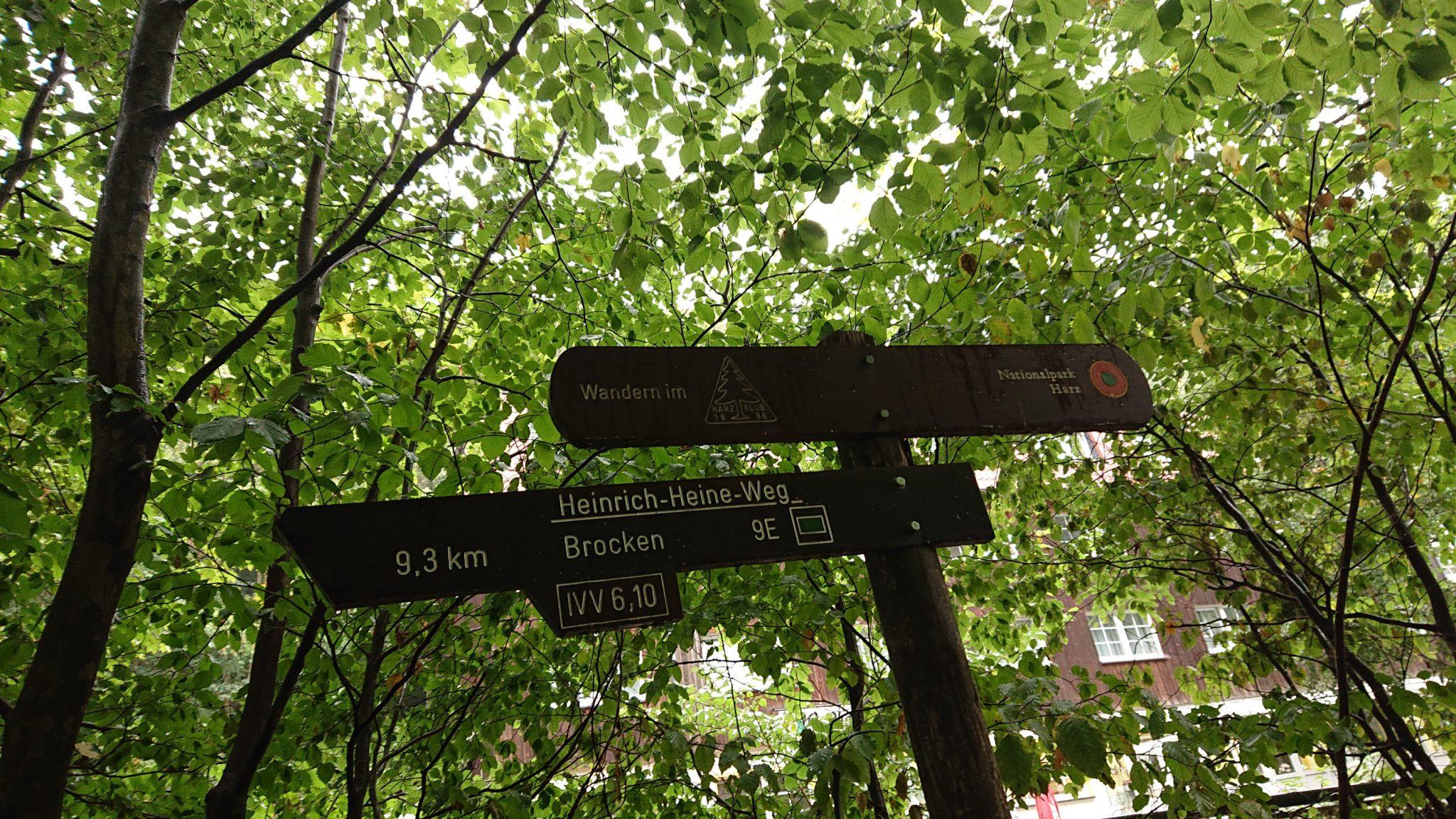 Wanderung Brocken über Heinrich-Heine-Weg Start in Ilsenburg, Nationalpark Harz, Wegmarkierung Schild, 9,3 km bis zum Berg Brocken